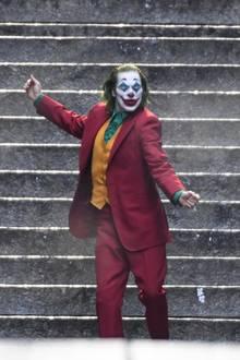 """Ein tanzender Clown mitten in New York. Am Set von dem legendären Film """"The Joker"""" hat der Grusel-Clown Joaquin Phoenix mächtig Spaß."""