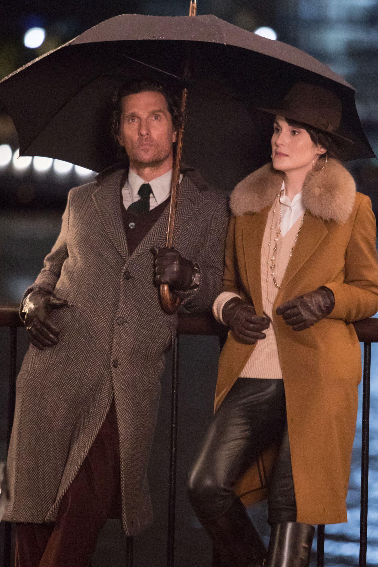 """Am Set des neuen Guy Ritchie Films """"Toff Guys"""" posierenMatthew McConaughey und Michelle Dockery in 30er Jahre Outfits."""