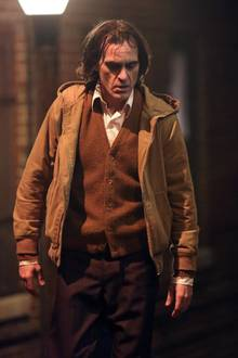 """Düstere neue Bilder vom Set des """"Joker"""" Films in New York. Joaquin verzieht eine düstere Miene in den dunklen Straßen der Großstadt."""