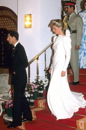 Der fließende Stoff des schmal geschnittenen Kleides betonte die schmale Silhouette der Prinzessin perfekt.