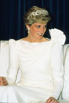 Prinzessin Diana kombinierte das Kleid zu einer funkelnden Tiara und glitzernden Ohrringen.