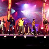Ross, Hila, Faiz, Shaham, Indira und Giovanni geben als zweite Popstars-band Bro'Sis so richtig Gas auf der Bühne. Daei sticht meist Indira Weis ins Auge. Hier trägt sie zum Beispiel eine Hose mit nur einem Bein.