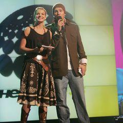 Yvonne Catterfeld und Ben moderieren THE DOME in 2005. Zusammen begrüßen sie 25 Acts in Erfurt. Dafür stimmen sie ihre Outfits farblich aufeinander ab. Ben trägt sein typische Strickmütze, Yvonne probiert hingegen etwas für sie Neues aus: Sie wählt einen Folklore-Rock zu Cowboyboots.