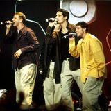 Zur Jahrhundertwende sind weite Cargo-Pants der letzte Schrei bei Männern. Klar, dass da die Backstreet Boys auch in die beigen Hosen schlüpfen. Die Hemden wählen sie dazu ebenfalls eher schlabberig.