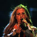 In 2000 kommt sogar Anastacia zu THE DOME. Im Patchwork-Flicken-Mantel rockt sie die Bühne in Berlin.