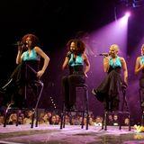 Die No Angels gehören zu den beliebtesten Gästen bei THE DOME. Jahr für Jahr sind sie wieder dabei. In 2001performen sie in schwarzen Kleidern mit türkisfarbenem Nackholder-Bustier.