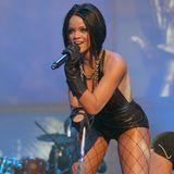 """In 2007 ist dieser Look von Rihanna wohl ihr bekanntester. Gerade hat sie ihre """"Good Girl Gone Bad""""-Verwandlung hinter sich und tritt am liebsten in Lederbody mit Netzstrumpfhose auf."""
