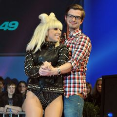 """Es ist die Zeit, in der Lady Gaga ihre Haarschleife trägt und """"Poker Face"""" singt: Joko Winterscheidt begrüßt den Popstar in 2009 bei THE DOME. Damals sieht der Moderator noch viel """"lausbubiger"""" aus."""