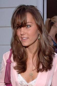 Juni 2006  Kate ist nicht unbedingt experimentierfreudig, was Haarschnitte oder Farben angeht, ein mittelkurzer Pony, wie sie ihn hier trägt, ist schon richtig mutig für die zukünftige Herzogin.
