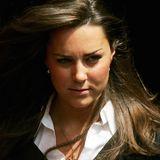 """Juni 2005  Auf ins Erwachsenenleben, auch wenn bei ihrer Abschlussfeier in St. Andrewsdurchaus noch etwas """"Babyspeck"""" in Kate Middletons schönem Gesicht zur erkennen ist."""