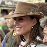 August 2005  Als Freundin des jungenPrinzen standKate schon früh im Fokus der Aufmerksamkeit. Zu einem hellbraunen Hut mit lässigem Hutband und Federdetails trägt sie schicke Perlenohrringe. Das fröhliche Lächeln ist bis heute eins ihrer Markenzeichen.