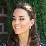 Juli 2011  Während ihrer ersten gemeinsamen USA-Reise zeigt sich Catherine mit natürlichem Make-up und halb hochgestecktem Haar. Die hohe Luftfeuchtigkeit in Kalifornien sorgt dafür, dass sich ihre Mähne leicht kringelt.