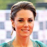 Mai 2012  Der elegante Auftritt gelingt Herzogin Catherine mittlerweile mit links. Traumhafte Abendroben, ein dramatisches Make-up undHochsteckfrisuren stehen der Frau von Prinz William genau so gut, wie ihre klassische Alltagsgarderobe.