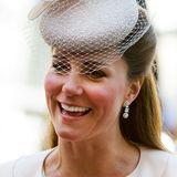 Juni 2013  Einen richtig tollen Schwangerschaftsglow können die Fans der Herzogin beim Gottesdienst anlässlich des 60. Thronjubiläums der Queen bewundern. Zu diesem Zeitpunkt ist Prinz George unterwegs.