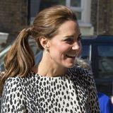 März 2015  Für Catherines Styling-Verhältnisse ist der seitlichePferdeschwanz richtigverspielt. Zu diesem Zeitpunkt ist sie mit Prinzessin Charlotte schwanger.
