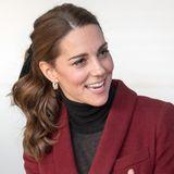 November 2018  Der verspielte Pferdeschwanz mit Samtschleife wird direkt zum Trend. Herzogin Catherine gibt ihrer klassisch-eleganten Frisur so ein niedliches Update!