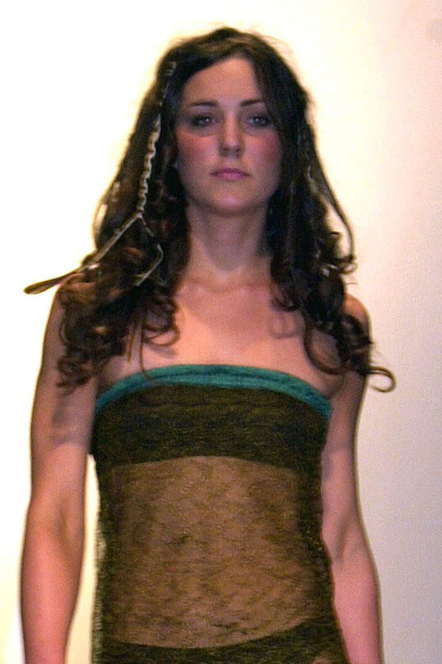 März 2002  Mit zarten 19 Jahren liefKate Middleton im transparenten Bandeau-Kleid über den Laufsteg einer Charity-Fashion-Show in St. Andrews. Angeblich der Moment, in dem es um Prinz William geschehen war.Bei diesem Anblick und ihrem wildlockigen Styling kein Wunder.