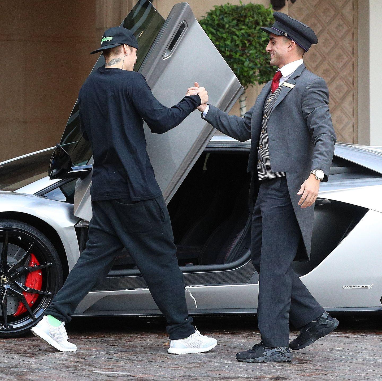 29.November 2018  Nette Geste: Justin Bieber grüßt den Portier so herzlich wie einen Freund und zaubert ihm damit ein Lächeln ins Gesicht.