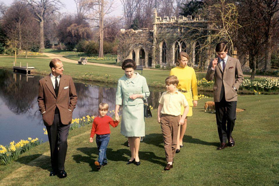 """Schon Prinz Philip und Queen Elizabeth gingen mit ihren Kindern (v.l.n.r.) Edward, Andrew,Anne und Charles (r.) auf dem """"Frogmore""""-Gelände spazieren. Hier zum Beispiel am 21. April 1965, der 39. Geburtstag der Queen."""