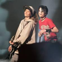 In 2005 lieben sie alle: Tom und Bill Kaulitz stehen mit ihrer Band Tokio Hotel auf der Dome-Bühne und bringen die Massen zum Jubeln. Vor allem Tom ist bei weiblichen Fans heiß begehrt. Mit seinen weiten Hoodies und Baggy-Pants kommt er gut an.