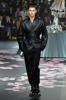 Für Dior stolziert Prinz Nikolai bereits im November 2018 in Tokio über den Catwalk.