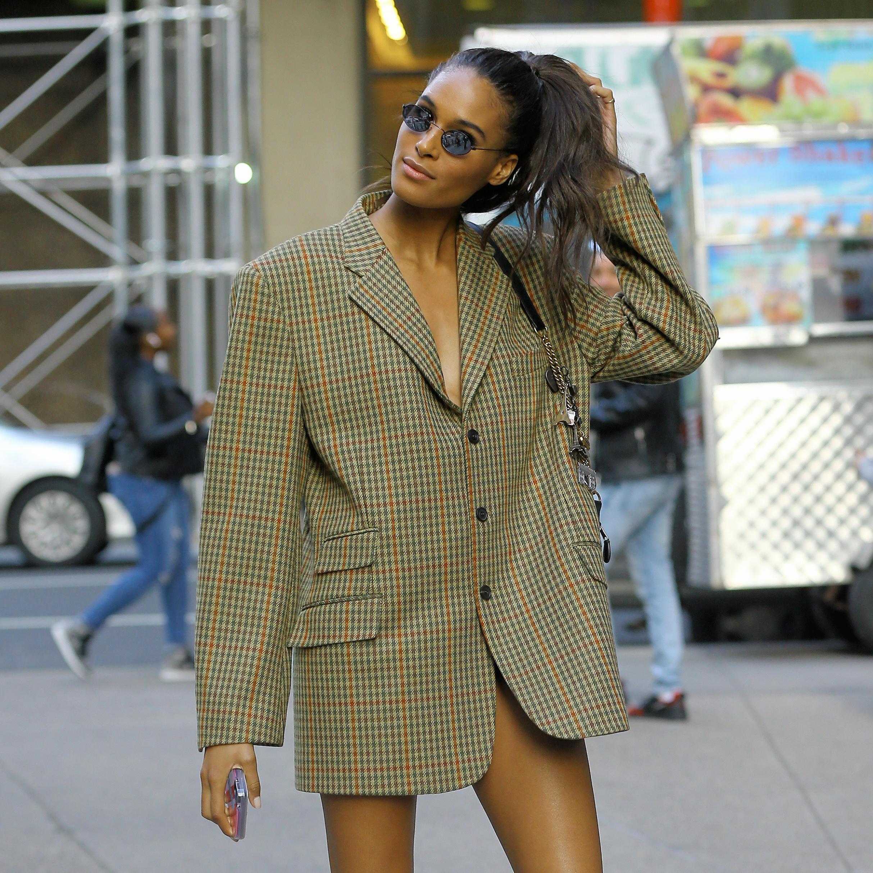 Cindy Bruna verzichtet auf eine Hose und zeigt in einem stylischen Blazer viel Bein.