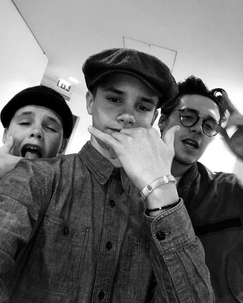 29. November 2018  Die drei Brüder Cruz, Romeo und Brooklyn Beckham verstehen sich bestens und schießen mit dem Handy witzige Selfies, die sie auf Instagram teilen.