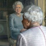 30. November 2018  Queen Elizabeth begutachtet ihr neues Gemälde bei der Enthüllung in Schloss Windsor ganz genau.