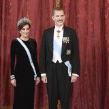 König Felipe und Königin Letizia zeigen sich beim Staatsdinner zu Ehren des chinesischen Präsidentenpaares Xi Jinping und Peng Liyuan in Madrid in edler Abendrobe: Letizia strahlt mit ihrer diamantenbesetzten Tiara um die Wette. Ihr bodenlanges Kleid aus Samt wird durch ...
