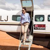 Sportlich-elegant landet Prinzessin Mary am FlughafenSamburu, Ostafrika. Für sie startet am 27. November die Ostafrika-Reise nach Kenia. In einer beigefarbenen Chino-Hose und hellblauer Bluse geht es für sie zum Landschaftsschutzgebiet Kalama Community Conservancy im Samburu County.