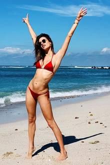 """... auch von vorne präsentiert sie uns ihren durchtrainierten Bauch. Dazu schreibt Alessandra: """"Vamos ala playa oooh"""" (zu deutsch: Lass' uns zum Strand gehen) und verpasst uns direkt noch einen Ohrwurm oben drauf."""