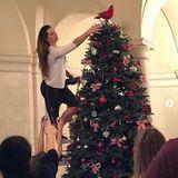 In der Schule ihrer Töchter legt Brooke Shields beim Weihnachtsbaum schmücken selbst mit Hand an.
