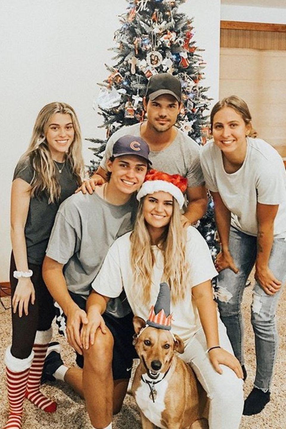 Taylor Lautners Familie posiert vor dem geschmückten Tannenbaum für die diesjährige Weihnachtskarte.