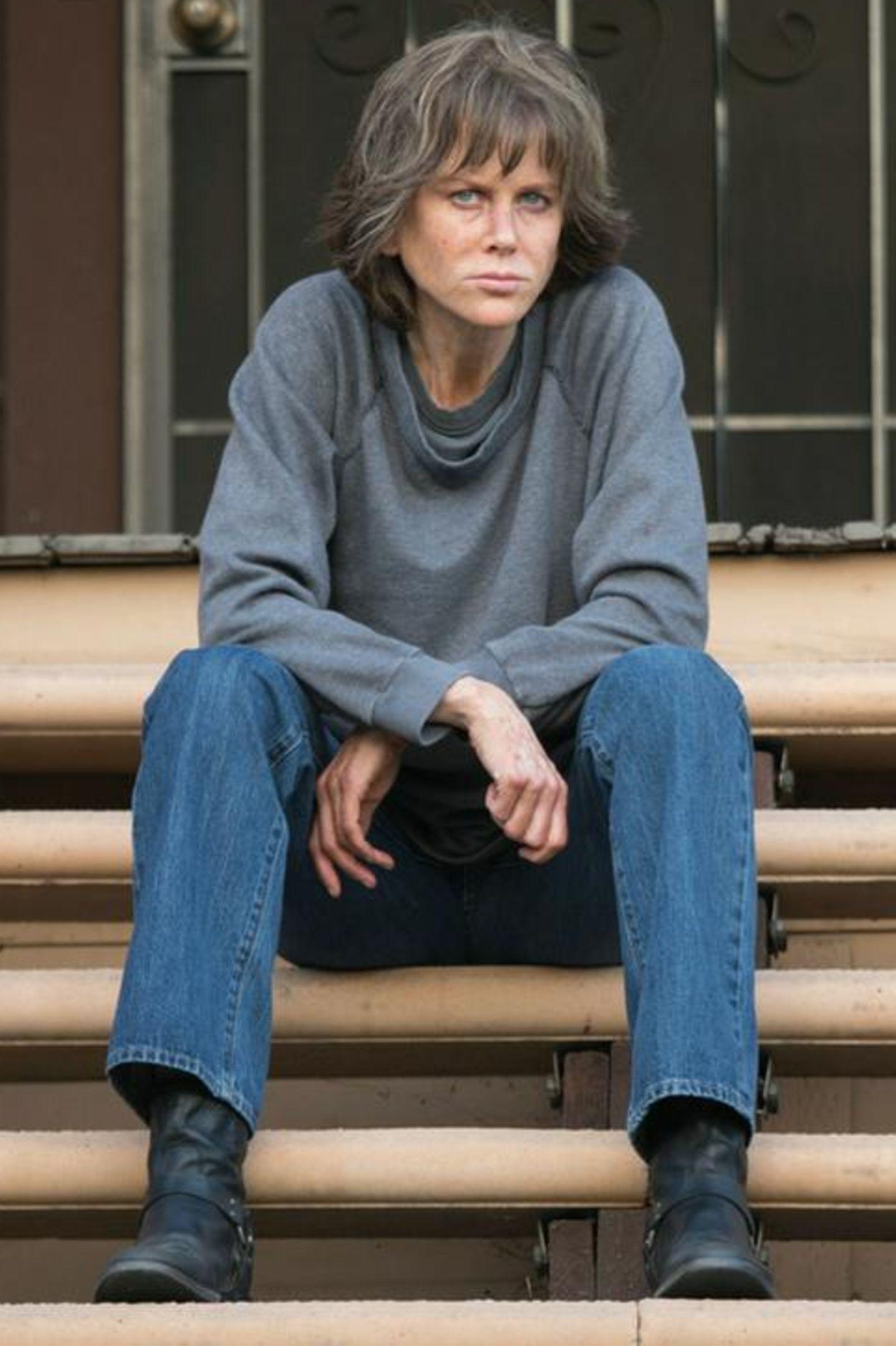 """Diese düster dreinblickende Dame ist keine Geringere als Hollywood-Schönheit Nicole Kidman. Für den Film """"Destroyer"""" hat sich die Schauspielerin einer Komplettverwandlung unterzogen und ist mit Hilfe der Maskenbildner kaum wiederzuerkennen."""