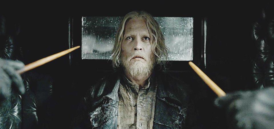 """Hie müssen wir schon zweimal hinschauen, um Johnny Depp zu erkennen. Für """"Phantastische Tierwesen: Grindelwalds Verbrechen"""" (2018) hat sich der wandlungsfähige Schauspieler wieder einmal einer Komplettverwandlung unterzogen."""