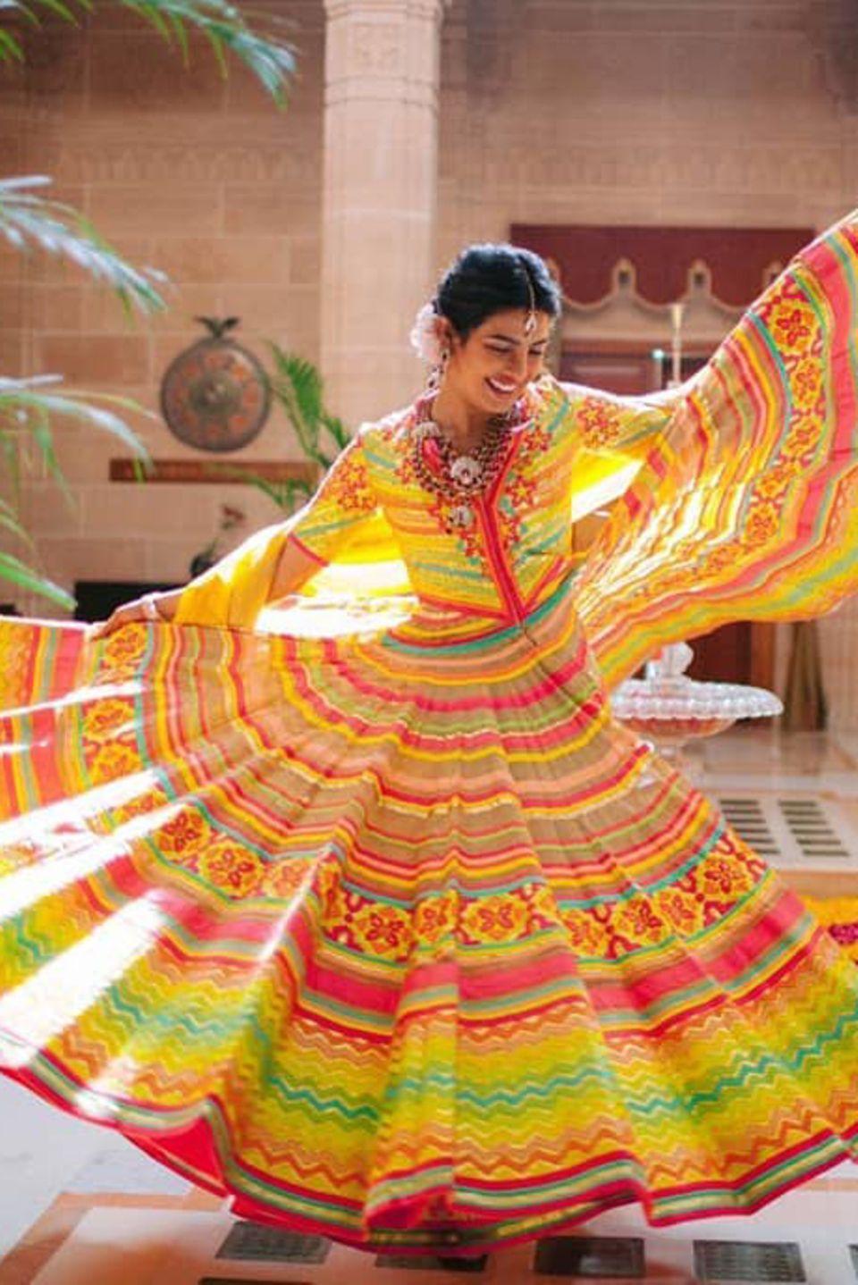 """Schauspielerin Priyanka Chopra hat """"Ja"""" gesagt. Während einer sogenannten Mehendi-Zeremonie ehelicht sie Musiker Nick Jonas am 1. Dezember 2018. Priyanka strahltin einer traumhaft-schönen und vor allem bunten Robe des DesignersAbu Jani Sandeep Khosla."""
