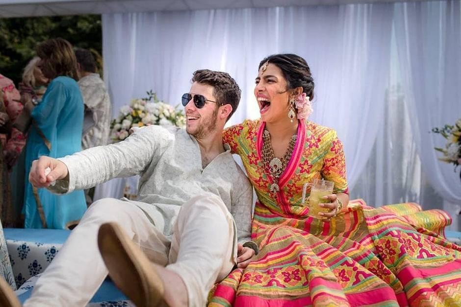 Auch Nick Jonas' traditionelles Hemd, sogenannte Kurtas, stammt aus der Feder des Designers. Die Bilder des rauschenden Fests im indischen Jodhpur teilte das frisch verheiratete Paar auch auf Instagram.
