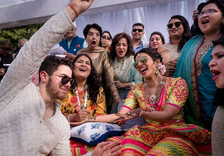 Mit Familie und Freunden feiern Nick Jonas und Priyanka Chopra ein rauschendes Fest, bei dem eine Reihe indischer Zeremonien die Eheschließung besiegeln.
