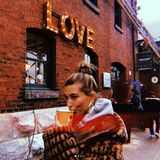 Hailey Baldwin braucht nichts als Liebe und ein Heißgetränk, um die kalte Jahreszeit vor Weihnachten genießen zu können.