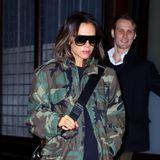 Victoria Beckham verlässt in einer lässigen Camouflage-Jacke und XXL-Sonnenbrille von Celine ein Hotel in New York City.