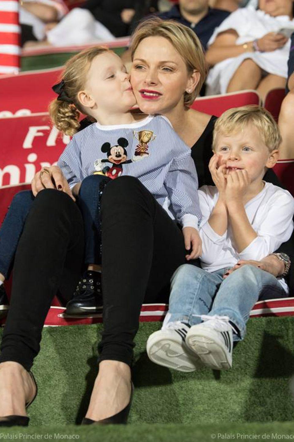 1. Dezember 2018  Fürstin Charlène besucht mit den Zwillingen Gabriella und Jacques ein Rugby-Spiel in Dubai. Während der kleine Prinz das Spiel gespannt verfolgt, kuschelt seine Schwester mit Mama.