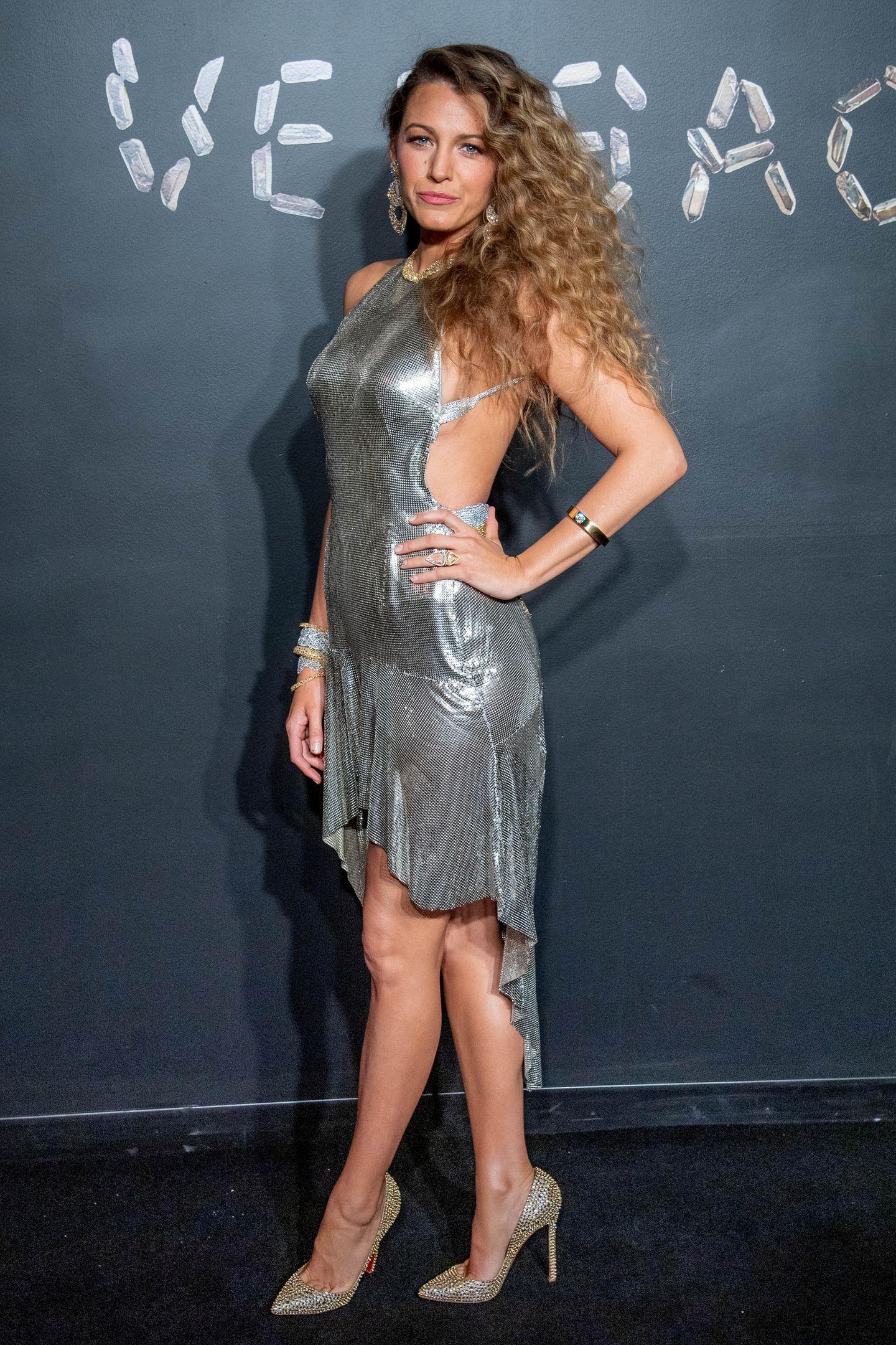 Heiß, heißer, Blake Lively: Die charismatische Schauspielerin hat sich für ihren Besuch der Versace-Herbstshow in New York dieses sexy Silberkleid ausgesucht.