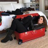 """4. Dezember 2018  Selbst mit ihren Modelmaßen passt Cindy Crawford wohl nicht in einen Reisekoffer. """"Wenn ich hier reinpasse, finden auch alle Dinge, die ich einpacken möchte, ihren Platz in diesem Koffer!"""", witzelt die Schönheit auf Instagram. Offensichtlich müssen wohl ein paar Klamotten Zuhause bleiben."""