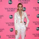 Eine echte Perle unter den Pink-Carpet-Looks: Im sexy schimmernden Anzug präsentiert sich Stella Maxwell.