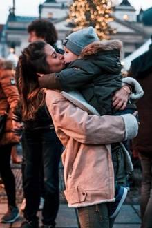 2. Dezember 2018  Sarah Lombardi ist schon voll in Weihnachtsstimmung! Gemeinsam mit Söhnchen Alessio verbringt sie den ersten Advent auf dem Weihnachtsmarkt. Natürlich bekommt die junge Mutter einen extra Schmatzer in der Zeit der Liebe. Ob sie das diesjährige Weihnachtsfestwieder mit ihrem ehemaligen Partner Pietro verbringen wird, zeigt sich in ein paar Wochen.