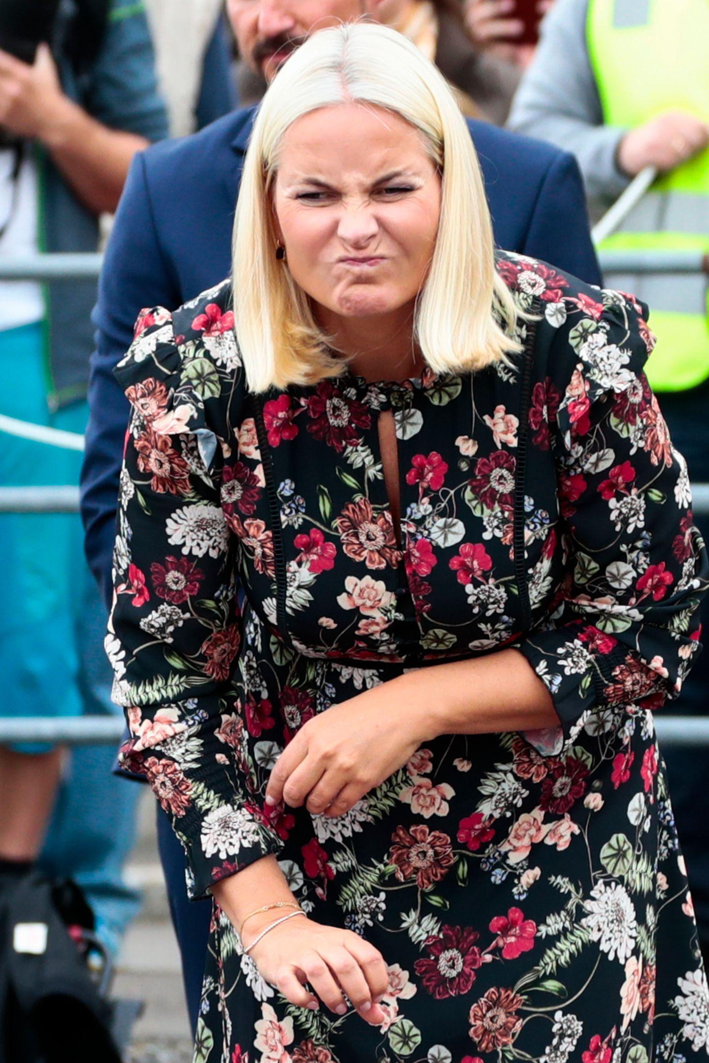 Bei einem Boule-Spiel im Rahmen ihrer Provinzreise durch Vestfold, scheint Kronprinzessin Mette-Marit ihrem Gesichtsausdruck nachkein Glück im Spiel zu haben.