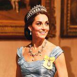 """Oktober 2018  Für das Staatsbankett mitKönigin Máxima und König Willem-Alexander hat Herzogin Catherine dasberühmte """"Cambridge Lover's Knot""""-Diadem aus der Schatzkammer geholt."""