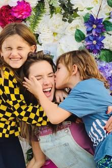 26. November 2018  Ganz viel Liebe an Thanksgiving im Hause Ambrosio. Die beiden Kids Noah und Anja knutschen und drücken die Mama.