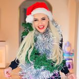Daniela Katzenberger ist so richtig in Weihnachtsstimmung. Die Kult-Blondine posiert für ein Instagram-Foto mit Christmas-Mütze und viel Lametta.