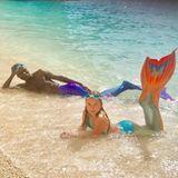 """Wer räkelt sich hier in der Brandung? Es ist tatsächlich Shania Geiss, die 14-Jährige Tochter von Carmen und Robert Geiss. Die stolze Mutter postet das Foto ihres Kindes und des Model-Coachs Papis auf Instagram. Fans sind sich uneinig. Während ein paar Follower begeistert sind und das junge Mädchen in ihrem Modeltraum unterstützen,schimpfen andere: """"Eure Kinder sollten lieber noch mit Puppen spielen, statt Modeltraning zu bekommen!"""""""